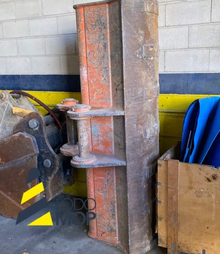 Cazo de Limpieza usado con enganche para Excavadora FIAT KOBELCO Modelo: EX165W. TodoMOP